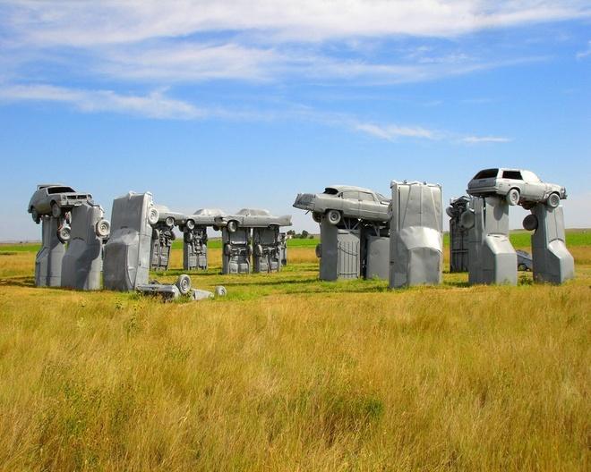 10 tuong dai ky quac va bi an nhat the gioi hinh anh 5 6. Stonehenge phiên bản ôtô – Alliance, Nebraska Mới nhìn qua bạn có thể nhầm quần thể tượng này với Stonehenge, nhưng đây là Carhenge. Carghenge bao gồm 38 chiếc xe cổ được phun sơn xám và sắp đặt giống như Stonehenge của nước Anh. Quần thể này được Jim Reinders xây dựng vào năm 1987 để tưởng nhớ cha mình. Khu tượng đã thu hút nhiều sự chú ý tới mức giờ nó có trung tâm quản lí riêng và thêm các tác phẩm từ xe ôtô khác rải rác xung quanh. Ảnh: Therichest.com