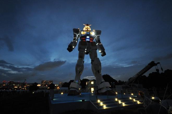 """10 tuong dai ky quac va bi an nhat the gioi hinh anh 7 4. Người máy Gundam khổng lồ: Tokyo, Nhật Bản Trên hòn đảo Odaiba giữa vịnh Tokyo có một nơi được mệnh danh là """"thiên đường cho những người mê Gundam"""". Có rất nhiều điểm du lịch liên quan tới Gundam, các món ăn, công viên giải trí lấy cảm hứng từ Gundam, suối nước nóng... Nhưng địa điểm được khách ghé thăm nhiều nhất là phiên bản kích cỡ thật của người máy chiến binh không gian khổng lồ này. Bức tượng cao 13m này mô phỏng người máy RX-78-2 trong Gundam, nó còn có thể phát ra tiếng động và có hệ thống đèn ấn tượng. Ảnh: Therichest.com"""