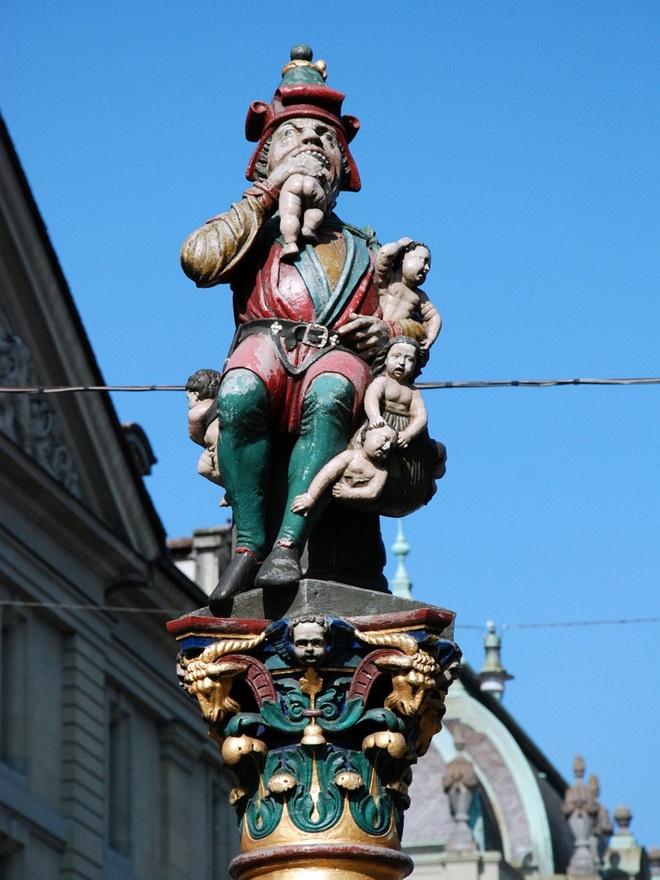 """10 tuong dai ky quac va bi an nhat the gioi hinh anh 2 9. Kindlifresserbrunnen – Bern, Thụy Sĩ Tên của đài phun nước này là """"Đài phun Kẻ ăn thịt trẻ con"""", có hình một con quỷ đang ăn một đứa trẻ và vác một cái túi đầy trẻ con trên lưng. Không ai biết rõ ý nghĩa của bức tượng là gì. Vài người cho rằng đó là Krampus, một sinh vật trong truyền thuyết ăn thịt trẻ con hư. Người khác tin đó là lời bôi nhọ người Do Thái, hoặc đây là Quỷ Chiến Tranh đem những đứa trẻ của Thụy Sĩ đi. Ảnh: Therichest.com"""