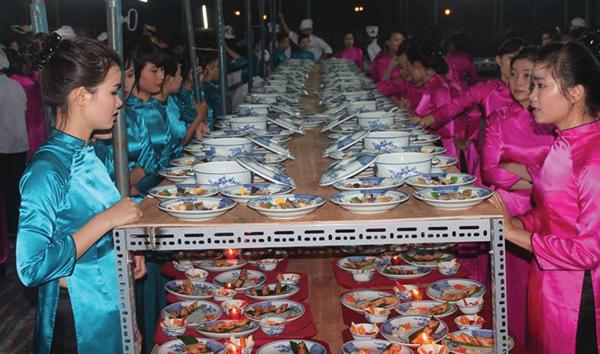 Com vua o Hue: khong khac gi com Tay? hinh anh 1 Chuẩn bị cho buổi Ngự yến hoàng cung tại Festival Huế 2014. Ảnh: Phunuonline.com.vn