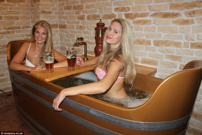Tam bia tro thanh mot voi cac du khach den Cong hoa Sec hinh anh 6 Bia Bernard chảy xuống từ vòi trong khi bồn tắm được sục bọt để tạo ra các Vitamin tốt cho sức khỏe. Ảnh: Dailymail.co.uk