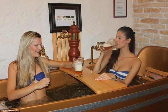 Tam bia tro thanh mot voi cac du khach den Cong hoa Sec hinh anh 4 Bồn tắm của Beer Spa chứa đầy các nguyên liệu tự nhiên dùng để chưng cất bia như lúa mạch, hoa bia và men bia. Ảnh: Dailymail.co.uk