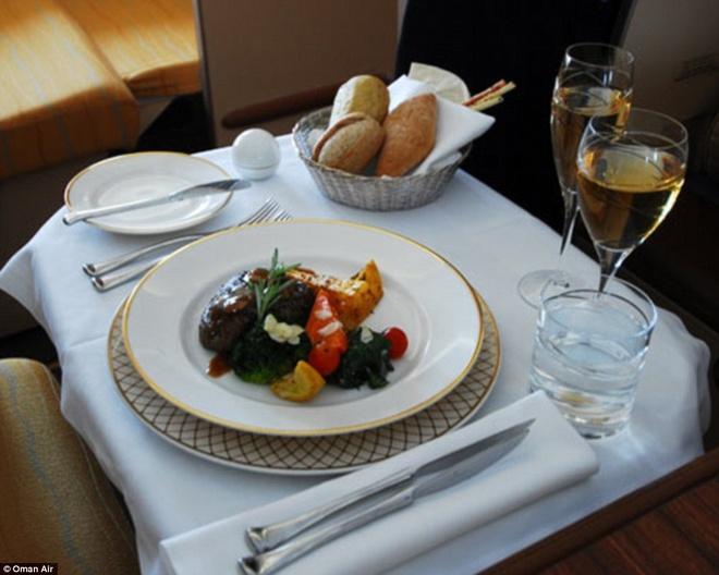 Nhung suat an hang khong ngon nhat the gioi hinh anh 5 Bữa ăn dành cho khách hạng nhất và hạng thương gia của hãng Oman Air được phục vụ trên đồ sứ cao cấp, tập trung vào các nguyên liệu tươi ngon theo mùa, đoạt giải Bình chọn của Độc giả. Ảnh: Dailymail.co.uk