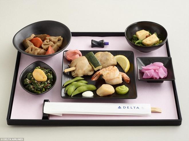 Nhung suat an hang khong ngon nhat the gioi hinh anh 7 Suất ăn kiểu Nhật bao gồm sò điệp, tôm, đậu nành và gà là một lựa chọn cho khách hạng nhất và khách hạng thương gia của Delta Airline. Ảnh: Dailymail.co.uk