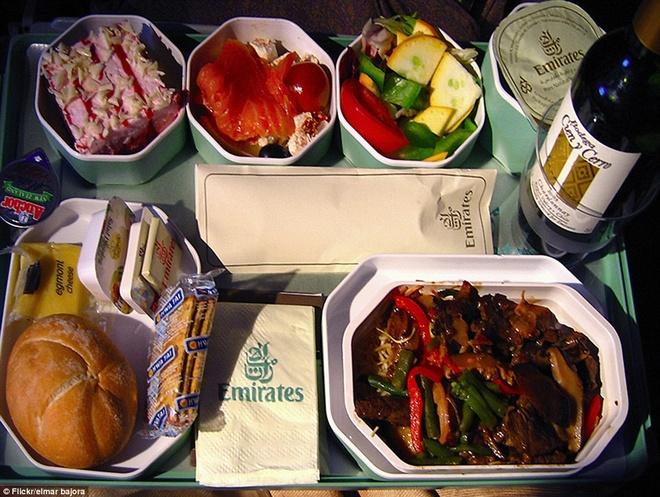 Nhung suat an hang khong ngon nhat the gioi hinh anh 8 Khách hạng tiết kiệm của Emirates cũng được thưởng thức những món ngon không kém gì hạng nhất và hạng thương gia. Ảnh: Dailymail.co.uk
