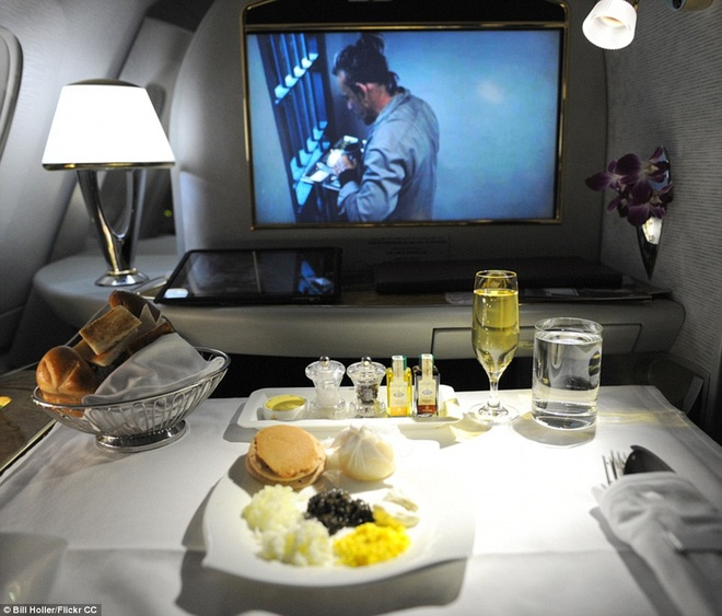 Nhung suat an hang khong ngon nhat the gioi hinh anh 2 Hành khách hạng nhất và hạng thương gia của hãng Emirates được thưởng thức trứng cá hồi Iran hoang dã với kem chua và bánh kếp, cùng với rượu vang  hảo hạng. Đồ ăn của hãng được miêu tả như ở một nhà hàng 5 sao. Ảnh: Dailymail.co.uk