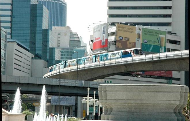 Thai Lan da lam gi de hut du lich? hinh anh 1 Một đoàn tàu Bangkok Skytrain trên tuyến Silom khi đi qua khu Patpong. Ảnh: Wikipedia.
