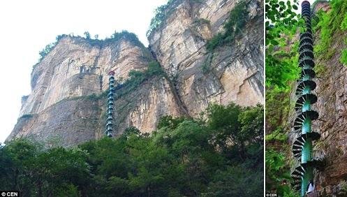 9. Cầu thang xoắn Linzhou, dãy núi Taihang, Trung Quốc: Dãy núi Taihang dài hơn 400km  chạy qua địa phận các tỉnh Hà Nam, Sơn Tây và Hà Bắc. Các quan chức địa phương khẳng định cầu thang xoắn dài 90m được xây dựng trên vách núi Taihang sẽ đem lại cho du khách một trải nghiệm ấn tượng. Những du khách muốn đi thử phải kí giấy cam đoan họ không có vấn đề về tim phổi và dưới 60 tuổi. Ảnh: Wanderlust.co.uk