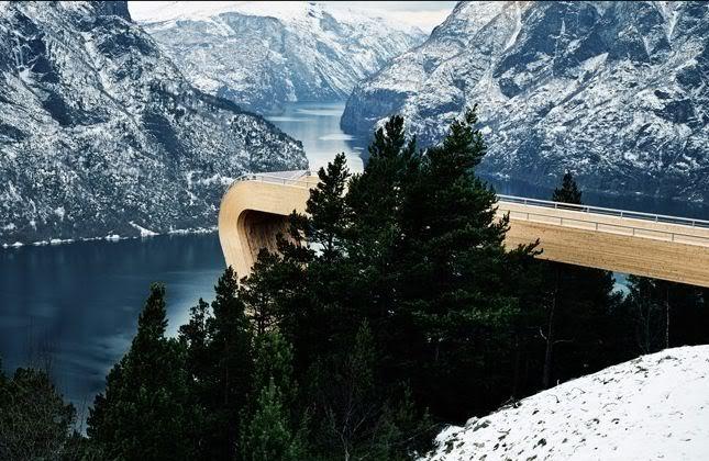 3. Điểm quan sát Aurland, Norway: Trông như một con dốc trượt ván khổng lồ, đài quan sát do tập đoàn IKEA xây dựng này giúp du khách chiêm ngưỡng vùng vịnh hùng vĩ phía dưới, cũng như cảm giác rằng nếu cứ đi tiếp bạn sẽ ngã xuống. Ảnh: Wanderlust.co.uk