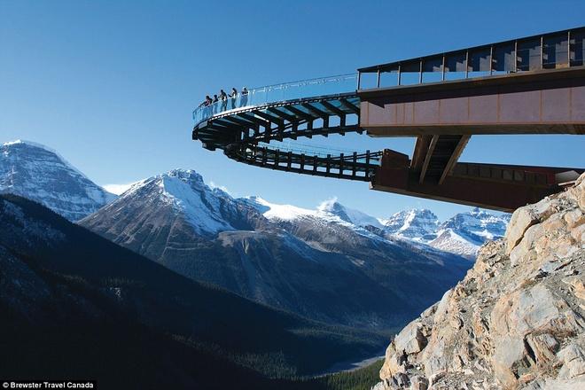 """9. Đường trên trời Glacier, Jasper, Canada: đài quan sát Glacier Skywalk đem lại cho du khách một trải nghiệm ấn tượng với """"sông băng bên trên và chim bay phía dưới"""". Nhưng ở độ cao 280m, nơi này không dành cho những người yếu tim. Ảnh: wanderlust."""