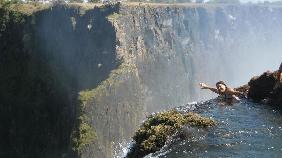 8. Bể bơi của Quỷ, thác Victoria, Zambia: Chỉ nhìn thác nước hùng vĩ nhất châu Phi thôi là chưa đủ với bạn? Sao không thử nhìn xuống từ phía trên nó trong lúc bơi lội? Bể bơi của Quỷ là một hồ bơi tự nhiên nằm sát rìa thác Vitoria, dọc sông Zambezi ở biên giới Zambia và Zimbabwe. Vào mùa khô, nước ở Bể bơi của Quỷ hạ xuống đủ để du khách bơi ra rìa thác và nhìn xuống từ độ cao 90m. Hướng dẫn viên địa phương khẳng định bạn sẽ không bị cuốn xuống nhờ có một tường đá tự nhiên ở ngay dưới bề mặt nước. Nhưng bạn có dám thử không?