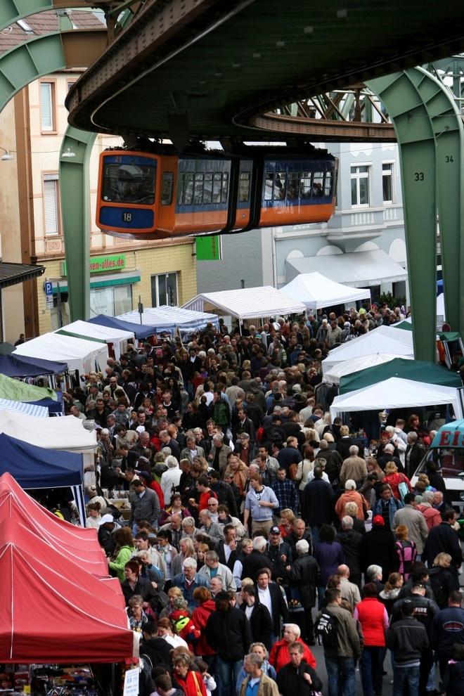 10 phuong tien giao thong di nhat hanh tinh hinh anh 2 Một con tàu trên cao đi qua chợ đồ cũ ở Vohwinkel, Wuppertal, Đức. Ảnh: Patrik Stollarz/AFP/Getty