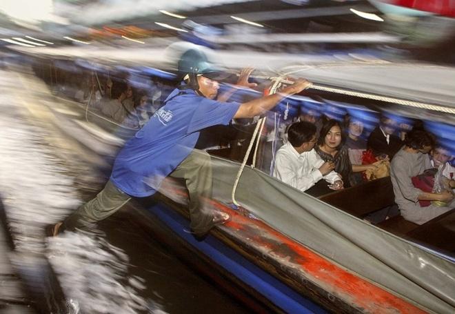 10 phuong tien giao thong di nhat hanh tinh hinh anh 5 Người thu vé nhảy lên một con thuyền máy trên kênh Khlong Saen Saep ở Bangkok, Thái Lan. Ảnh: Vinai Dithajohn/EPA