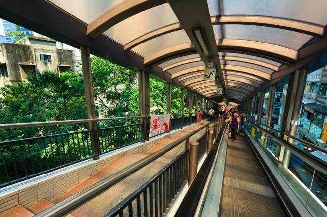 10 phuong tien giao thong di nhat hanh tinh hinh anh 10 Thang máy và đường đi bộ Central-Mid-Levels của Hồng Kông là hệ thống thang máy ngoài trời có mái che dài nhất thế giới. Ảnh: Kimberley Coole/Getty/Lonely Planet