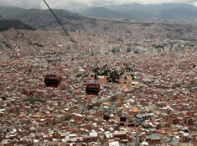 10 phuong tien giao thong di nhat hanh tinh hinh anh 1 Hệ thống cáp treo của Bolivia, nối thành phố La Paz với thành phố El Alto. Ảnh: Martin Alipaz/EPA