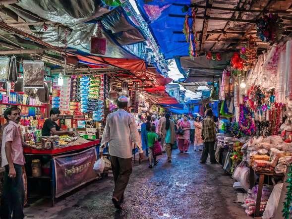 """Bhendi Bazaar, Mumbai, Ấn Độ: Ở Ấn Độ cũng như các nước Trung Đông khác, chợ được gọi là """"bazaar"""". Mumbai nổi tiếng với những khu chợ đầy màu sắc và hỗn loạn, như Bhendi Bazaar, nơi bạn có thể mua mọi món đồ rực rỡ nhất. Khu chợ này cách chợ Chor nổi tiếng không xa, bạn nên tới đó để xem những tấm biển quảng cáo phim Bollywood xưa cũ và những cửa hàng đồ cổ. Ảnh: Cntraveler.com"""