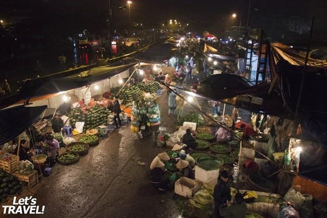 Chợ gầm cầu Long Biên, Hà Nội, Việt Nam: Khu chợ bán buôn của Hà Nội nằm dưới chân cây cầu lịch sử. Khu chợ nhộn nhịp bán đủ mọi thứ, từ ếch tươi cho tới măng cụt. Đây là chợ họp hàng ngày, bạn nên tới đây trước khi mặt trời mọc.. Ảnh: Zing News