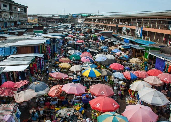 Chợ Kejetia, Kumasi, Ghana: Ngay cả ở những khu chợ hỗn loạn nhất thế giới, vẫn có những quy tắc cố định. Chợ Kejetia ở Kumasi (Ghana) là một trong những chợ lớn nhất Tây Phi, ở đây, hàng hóa được sắp xếp thành dãy theo chủng loại. Dãy hàng may này nằm cạnh dãy bán vải in sáp và Kente. Ảnh: Cntraveler.com