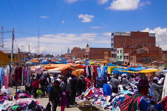 Chợ trời El Alto, La Paz, Bolivia: Nằm ở độ cao 4.000m phía trên La Paz, thủ đô của Bolivia, là khu chợ có độ cao lớn nhất thế giới. Ở đây bán đủ mọi sản phẩm. Dù không mua gì thì bạn cũng nên tới đây xem thử, chợ họp vào Thứ Năm và Chủ Nhật hàng tuần. Ảnh: Cntraveler.com