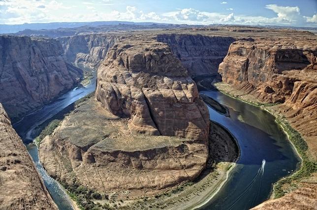 10 diem du lich 'chet nguoi' hut khach nhat the gioi hinh anh 6 6. Sông Colorado: Chèo thuyền vượt thác là một môn thể thao thú vị, nhưng sông Colorado nổi tiếng với rất nhiều vụ tai nạn. Khi tuyết tan trên các rặng núi của Colorado, mực nước sông dân cao và dòng chảy vô cùng dữ dội. Năm 2007, có tới 12 người chết và 176 người bị thương. Trong nửa đầu năm 2014, 15 người đã thiệt mạng khi đi du lịch trên sông, không phải chỉ do thiếu kinh nghiệm mà còn do không chịu mặc đồ bảo hộ theo đúng quy chuẩn.