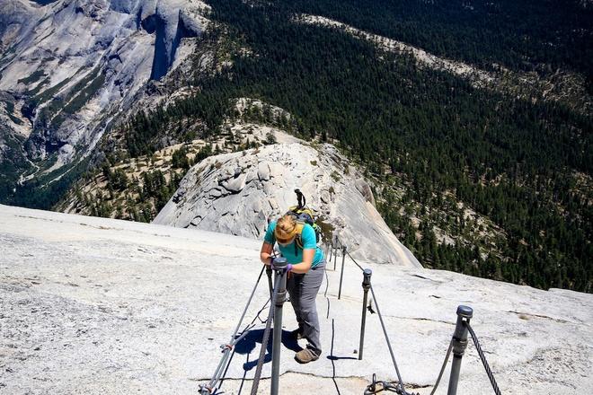 1. Núi Half Dome, công viên quốc gia Yosemite: Tổng cộng đã có khoảng 60 người thiệt mạng ở Half Dome và con đường dẫn lên đỉnh núi. Để lên được đỉnh Half Dome, bạn phải mất cả ngày trèo lên độ cao 1.500m với 120m cuối gần như dựng đứng, cần tới sự hỗ trợ của dây cáp. Các nhà leo núi được khuyến cáo không thực hiện chuyến đi khi trời mưa hoặc ẩm ướt, vì sự kết hợp giữa cáp và đá trơn tuột có thể gây tai nạn chết người. Trên thực tế, chân vách đá ở phía hồ Mirror có tên là Phiến đá Tử Thần. Ngoài việc trượt ngã và chết đuối, có du khách đã bị sét đánh trong lúc leo. Đội tìm kiếm cứu nạn ở Yosemite cho biết tới 60% các vụ việc cần tới họ là giải cứu những người leo núi gặp nạn.