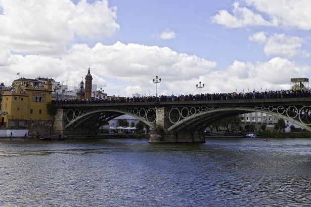 Nhung vu tai nan khung khiep vi chup selfie khi di du lich hinh anh 1 Cây cầu Triana là một trong những địa điểm hút khách nhất Seville. Ảnh: The Mirror