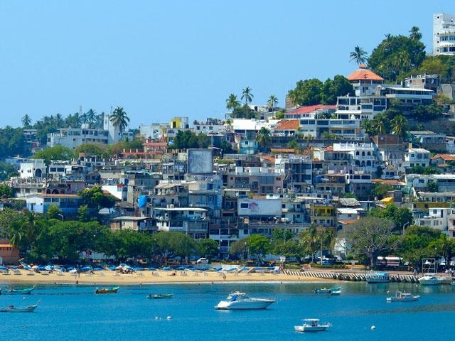 7. Bãi biển Acapulco: Đây nổi tiếng là một trong những điểm nghỉ dưỡng sang trọng và thoải mái nhất Mỹ với bãi biển đẹp, thời tiết dễ chịu và một thành phố lớn nằm ngay sát mặt nước. Tuy nhiên, thành phố này có tỉ lệ tội phạm cao gấp 30 lần tỉ lệ trung bình của Mỹ. Năm 2013, tỉ lệ án mạng là 142/1000.000 công dân. Dù phần lớn liên quan tới ma túy chứ không phải du khách, 200 vụ sát nhân chỉ trong hai tháng đầu năm 2013 khiến nhiều người lo ngại. Do đó nếu có tới Acapulco, hãy ở các khu dành cho khách du lịch và lên kế hoạch đi lại thật cẩn thận.