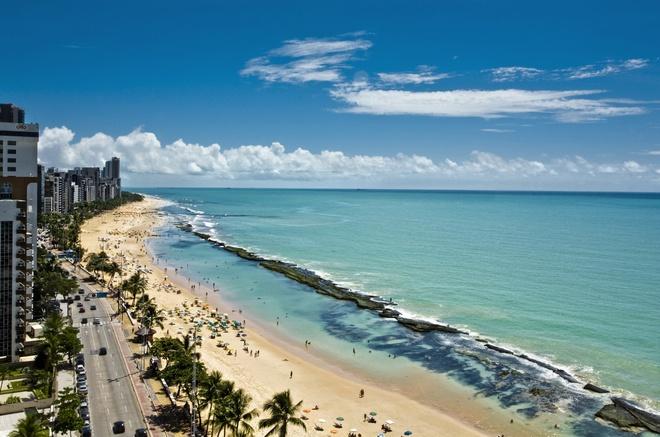 5. Praia De Boa Viagem: Bờ biển rộng cát trắng, hoàng hôn lộng lẫy, thời tiết tuyệt đẹp, gần thành phố, nước ấm và trong, nghe như một nơi nghỉ dưỡng hoàn hảo, phải không? Nếu không có cá mập thì đúng là vậy. Praia de Boa Viagem là một trong những địa điểm thu hút nhiều khách du lịch quốc tế nhất của Brazil. Nhưng từ năm 1992, đã có tới gần 60 vụ cá mập tấn công người ở bãi biển tuyệt đẹp này, trong đó có 1/3 ca tử vong. Thủ phạm chính là cá mập bò, chúng thích những vùng nước nông gần bờ, nhưng lỗi không phải là của chúng. Đó là do Porto Suape được xây dựng trên khu sinh sản của cá mập. Dù có rất nhiều nhân viên bảo vệ tuần tra trên bãi biển nhưng không phải lúc nào họ cũng phát hiện kịp thời trước khi quá trễ.