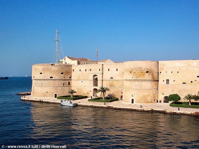 Nhung vu tai nan khung khiep vi chup selfie khi di du lich hinh anh 3 Thị trấn Taranto nổi tiếng với bức tường bao cho du khách ngắm cảnh biển. Ảnh: The Mirror