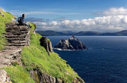 """4. Skellig Michael: Nổi tiếng với vai trò là một địa điểm quay phim của """"Chiến tranh giữa các vì sao"""", hòn đảo xinh đẹp nằm ở nơi hẻo lánh này có một vị trí quan trọng trong lịch sử văn hóa Ai-len. Tu viện nằm trên vách đá của hòn đảo được công nhận là Di sản văn hóa thế giới. Suốt 600 bậc thang hơn 1.000 năm tuổi dẫn lên tu viện không hề có biện pháp đảm bảo an toàn nào, không có thức ăn, nước uống, trung tâm du lịch, nhà vệ sinh hay chỗ trú nào. Để tới được đảo, bạn phải đi hơn 1 tiếng đồng hồ qua biển khơi."""