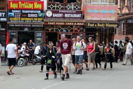 Du khach kho chiu khi bi deo bam o Sapa hinh anh 3 Đội quân đeo bám hoạt động ở khắp nơi. Ảnh: Sapaexpress.com