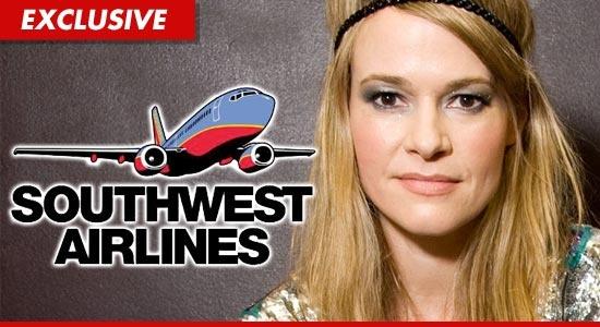 Leisha Hailey: Nữ diễn viên Leisha Hailey và bạn gái đã bị mời xuống khỏi máy bay của hãng Southwest Airlines vì hành vi khiếm nhã. Hailey cho biết cô và bạn gái chỉ hôn phớt. Nhưng một nhân chứng cho biết họ còn làm nhiều hơn thế. Cặp đôi phủ nhận cáo buộc và tuyên bố họ không làm gì quá đáng, cũng như tiến hành một chiến dịch tẩy chay hãng bay trong cộng đồng những người đồng tính.