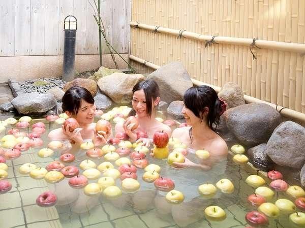 Nhung kieu tam thu vi va doc dao chi co o Nhat hinh anh 6 Tắm táo: Khu nghỉ dưỡng Nagano Karuizawa đã cho những trái táo chín mọng, tươi ngon vào bồn tắm nước ấm để phục vụ du khách. Táo tỏa ra mùi hương dễ chịu khiến du khách thấy sảng khoái, ngoài ra táo còn có những chất tốt cho da.