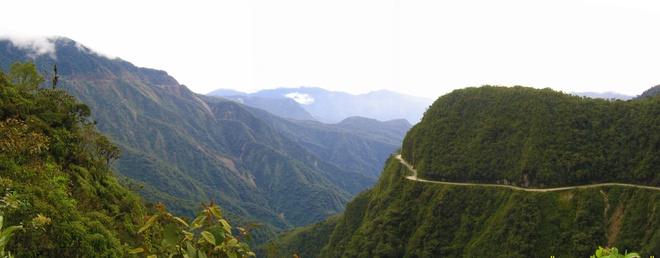 Duong Tu Than - loi di nguy hiem nhat the gioi hinh anh 3 Luôn nằm trong top những con đường nguy hiểm nhất thế giới, tuyến đường Bắc Yungas chạy men theo dãy núi Cordillera Oriental, Bolivia, được xây dựng từ thập niên 30.