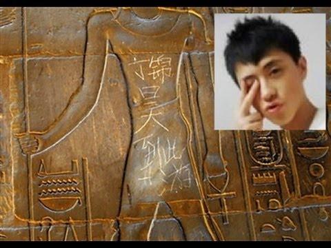 Nhung hanh dong xau xi cua du khach khap the gioi hinh anh 1 Cậu bé người Trung Quốc khắc tên trên đền thờ ở Ai Cập: Ding Jinhao, 15 tuổi, quá tức giận vì bị bố mẹ lôi từ Trung Quốc tới tận Ai Cập để xem ngôi đền 3.000 năm tuổi tẻ nhạt và đã quyết định cho họ sáng mắt bằng cách khắc tên mình lên trên các chữ tượng hình cổ đại. Tác phẩm đó đã sống sót qua chiến tranh, lũ lụt, động đất... và cuối cùng lại bị phá hoại bởi một cậu nhóc khó chiều.