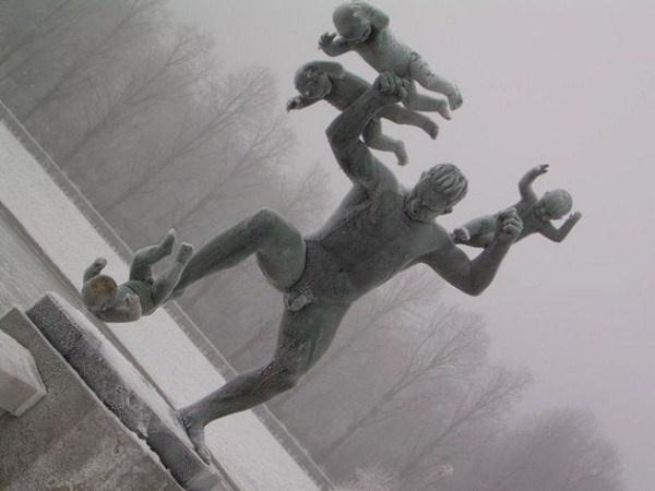 Nhung buc tuong ki quac nhat the gioi hinh anh 2 Người đàn ông tấn công các em bé là 1 trong 58 bức tượng tại công viên Vigeland ở Nauy. Quần thể tượng này nhằm thể hiện cách ứng xử của một số người khi ở trong các mối quan hệ.