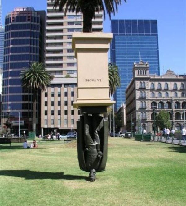 Nhung buc tuong ki quac nhat the gioi hinh anh 3 Bức tượng này được xây dựng để tưởng niệm Charles La Trobe, trước đó nằm ở trung tâm Melbourne và giờ được đưa về đại học La Trobe.