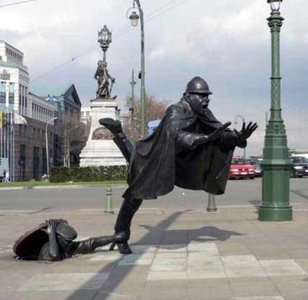 """Nhung buc tuong ki quac nhat the gioi hinh anh 4  Bức tượng """"De Vaartkapoen"""" của Tom Franzen nằm tại Molenbeek, Pháp, thể hiện sự nổi loạn của những người dân sinh ra ở đây."""