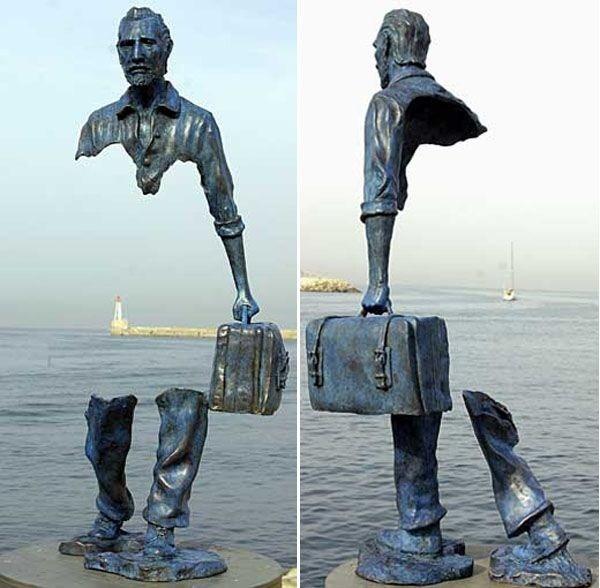 """Nhung buc tuong ki quac nhat the gioi hinh anh 5 Nghệ sĩ người Pháp, Bruno Catalano, đã tạo ra những bức tượng lạ mắt bằng đồng có tên """"Les Voyageurs"""" ở Marseilles, mô tả những công nhân trong hoạt động thường ngày nhưng lại thiếu mất một phần lớn cơ thể."""