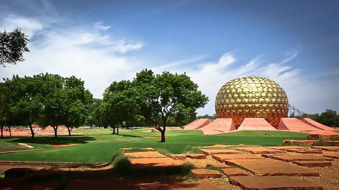 """10 thanh pho ki quac nhat the gioi hinh anh 1 1. """"Thành phố Bình minh"""" Auroville, Ấn Độ: Được thành lập bởi Mirra Alfassa vào năm 1968 tại Ấn Độ, ngày nay thành phố này là nhà của hơn 2.000 tới từ khắp nơi trên thế giới. Tại đây, không ai sở hữu tài sản gì, cũng không có giao dịch tiền tệ nào được diễn ra, không có chính quyền cũng như bất cứ luật lệ nào. Theo trang web của họ, Auroville muốn là một thành phố quốc tế nơi nam giới và phụ nữ từ mọi quốc gia có thể sống trong bình yên và hòa hợp. Biểu tượng của Auroville là một ngôi đền lớn có tên Matrimandir với mái vòm được phủ đầy các đĩa vàng. Tuy nhiên, đền Matrimandir không dành cho một đạo giáo nào mà là nơi sinh hoạt cộng đồng. Auroville luôn mở rộng cánh cửa chào đón các du khách từ khắp nơi trên thế giới."""