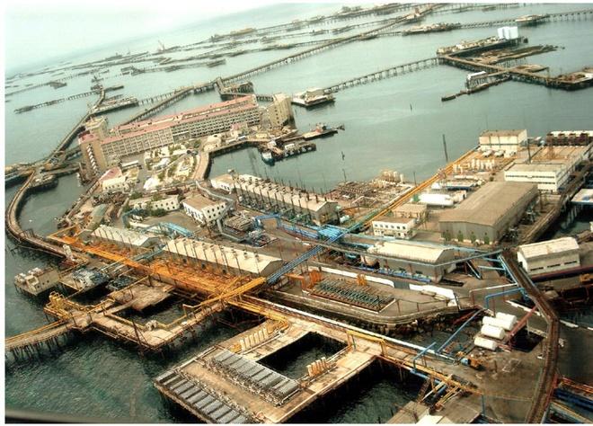 """10 thanh pho ki quac nhat the gioi hinh anh 3 3. """"Thị trấn dàn khoan dầu"""" ở Neft Daslari, Azerbaijan, Nga: Khi dầu được phát hiện ở biển Ba Tư vào cuối thập niên 40, Nga đã cho xây dựng dàn khoan dầu ngoài khơi đầu tiên của thế giới. Theo thời gian, khu tổ hợp ngày càng mở rộng với nhiều dàn khoan, đường xá, cầu, bến cảng, nhà ở và thậm chí cả rạp chiếu phim. Ngày nay, Neft Daslari trông giống nơi con người tạo dựng sau khải huyền vậy. Nhiều phần của khu tổ hợp rất khó tiếp cận, cầu nối các khu với nhau đã gãy nát, nhiều khu nhà đã sụp xuống biển. Tuy vậy, nơi này có một vẻ bí ẩn hấp dẫn nhiều người. Nếu bạn dùng bản đồ Google Map để quan sát từ trên cao thì sẽ không thể phóng to khu vực này. Năm 1999, nơi này đã xuất hiện trong bộ phim về James Bond nổi tiếng """"The World Is Not Enough."""""""