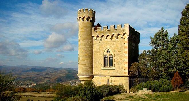 """10 thanh pho ki quac nhat the gioi hinh anh 6 6. """"Âm mưu nhà thờ"""", Rennes-le-Chateau, Pháp: Đây là một ngôi làng nhỏ theo đạo Công giáo ở Pháp. Năm 1885,nhà truyền giáo Francois Berenger Sauniere đã tới đây và cải tạo lại nhà thờ địa phương. Một trong những đồ trang trí kì lạ nhất mà ông cho đặt tại đây là tượng quỷ. Ở cửa nhà thờ, ông cho khắc dòng chữ huyền thoại """"Terribilis Est Locus Iste"""" (""""Nơi này thật khủng khiếp""""). Ngay cạnh nhà thờ, Sauniere xây một biệt thự xa hoa cho riêng mình. Nguồn gốc sự giàu có của ông gây ra nhiều tranh cãi. Có người cho rằng Sauniere đã tìm được kho báu cổ hoặc có liên hệ với Vatican.  Thuyết âm mưu xoay quanh Sauniere sau này trở thành cảm hứng cho tác giả Dan Brown viết cuốn tiểu thuyết ăn khách """"Mật mã Da Vinci"""". Cuốn sách khiến hàng đoàn du khách đổ về đây, với những tay săn kho báu đào tung các nấm mộ lên. Mọi chuyện tồi tệ đến mức xác Sauniere được đem đi hỏa táng vào năm 2004 và chôn trong mộ bằng bê-tông."""