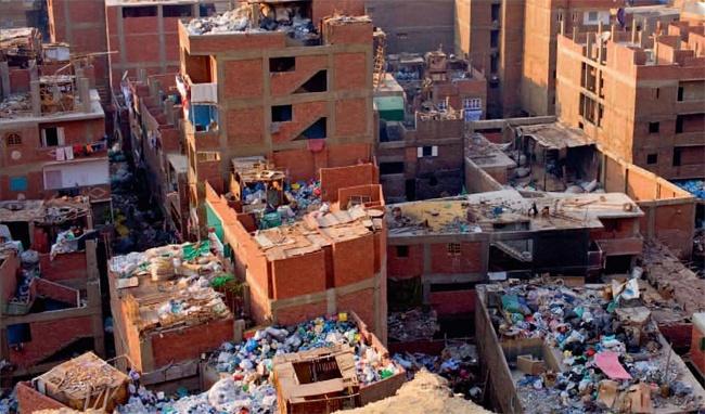 """10 thanh pho ki quac nhat the gioi hinh anh 10 10. """"Thành phố rác"""" Manshiyat Naser, Ai Cập: Người dân thành phố này sống nhờ xử lí rác thải của hơn 10 triệu cư dân Cairo. Cuộc sống của người dân vô cùng khổ cực: không nước máy, không có đường nước thải, không điện, rác rưởi chất khắp nơi. Sống trong nghèo đói, mỗi gia đình ở """"Thành phố rác"""" thường chuyên xử lí một loại rác thải, có nhà tái chế chai lọ, kim loại, có nhà chỉ biết đốt những gì họ tìm được để sưởi ấm"""