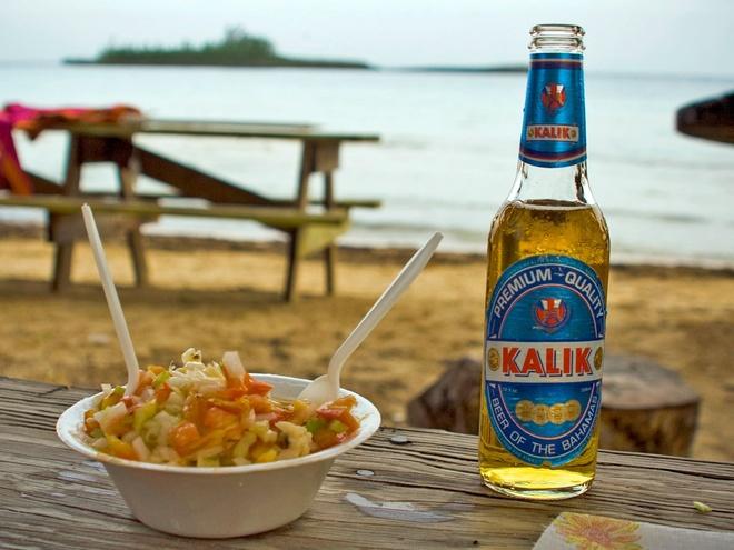 Pho Viet lot top nhung mon phai an mot lan trong doi hinh anh 12 Thưởng thức món salad Bahamia cầu kỳ và một chai bia Kalik lạnh trên bờ biển Bahamas