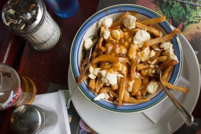Pho Viet lot top nhung mon phai an mot lan trong doi hinh anh 6 Poutine, món khoai tây chiên với nước sốt và phô mai ở Montreal