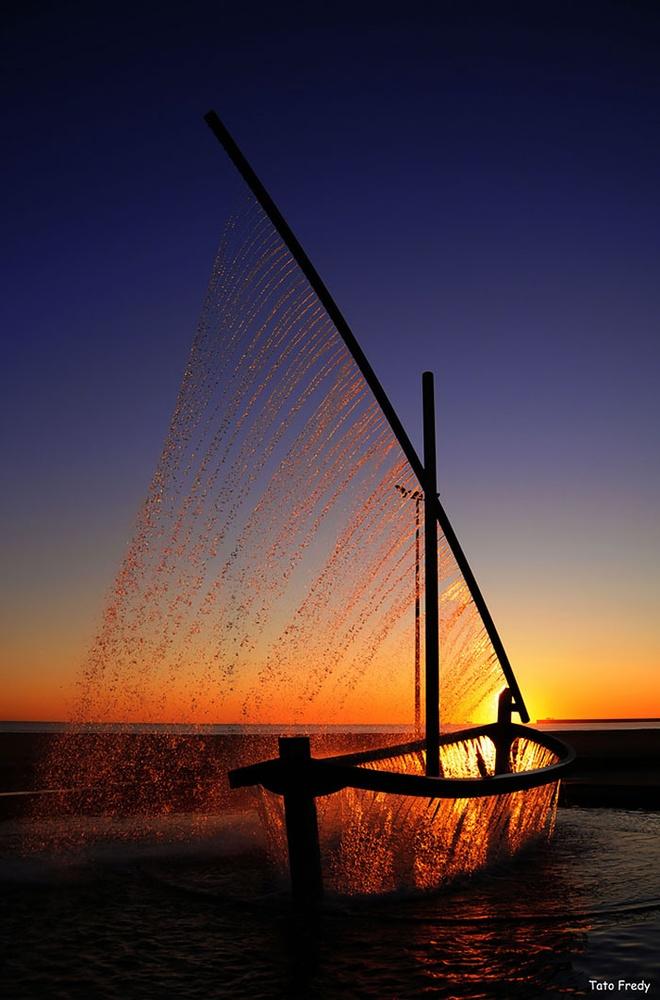 10 dai phun nuoc doc nhat vo nhi tren the gioi hinh anh 1 Đài phun nước Thuyền Buồm ở Valencia, Tây Ban Nha: Đài phun nước có dạng thuyền buồm độc đáo này nằm ở bãi biển Malvarrosa. Nó đặc biệt lộng lẫy dưới ánh hoàng hôn và khiến nhiều