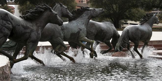 """10 dai phun nuoc doc nhat vo nhi tren the gioi hinh anh 2 Đài phun nước """"Đàn ngựa hoang"""" ở Las Colinas, Texas, Mỹ: Tác phẩm điêu khắc bằng đồng của Robert Glen được đặt tại quảng trường Williams, Texas, trong đó những vòi phun nhỏ được bố trí dưới chân các con ngựa tạo hiệu ứng đàn ngựa đang chạy trên nước. Đây không chỉ đơn thuần là đài phun nước trang trí mà còn được coi là một tác phẩm nghệ thuật sáng tạo."""