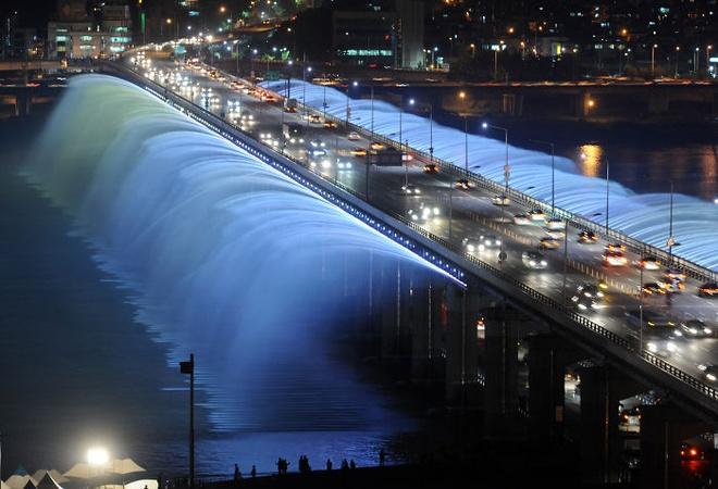 10 dai phun nuoc doc nhat vo nhi tren the gioi hinh anh 5 Đài phun nước cầu Banpo, Seoul, Hàn Quốc: Banpodaegyo là cây cầu hai làn bắc ngang qua sông Hangang, nơi có đài phun nước Cầu vồng ánh trăng, đài phun nước dài nhất thế giới được ghi vào sách kỉ lục Guiness thế giới với 380 tia nước và những đèn chiếu sáng muôn màu. Các tia nước của đài Cầu vồng ánh trăng có thể chuyển hướng và điều chỉnh theo nhịp nhạc, tạo ra một màn trình diễn hoành tráng. Ngoài ra, ánh sáng bảy sắc cầu vồng đã khiến đài phun nước này trở thành một điểm hút khách du lịch.