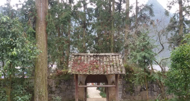 Nhung bi mat ve dinh thu 150 ty cua vua Meo hinh anh 3 Bao quanh phía trước dinh thự là một dãy núi hình vòng cung. Ảnh: Vân Ảnh