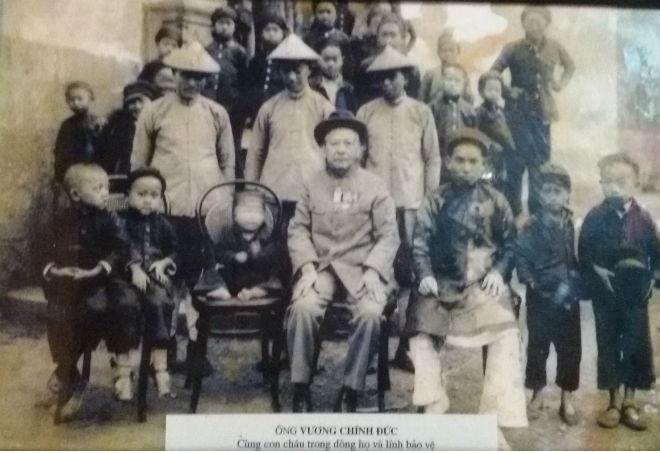Nhung bi mat ve dinh thu 150 ty cua vua Meo hinh anh 9 Cụ Vương Chính Đức cùng con cháu trong dòng họ và lính bảo vệ.